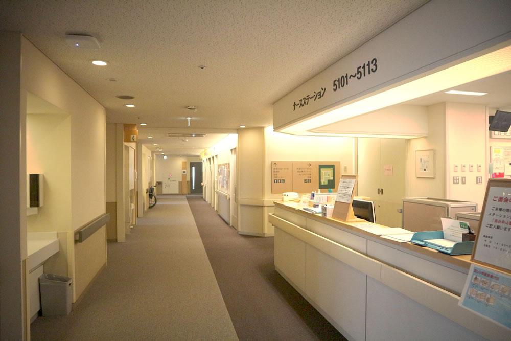 ナースステーションと病室